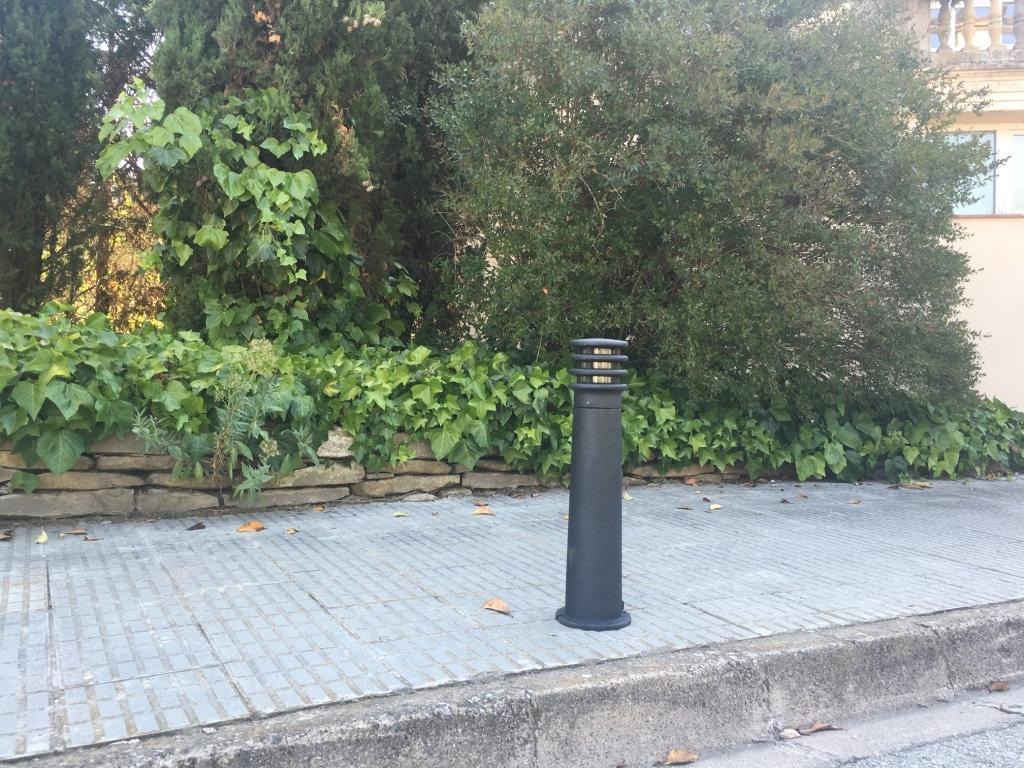 Baliza led para jard n negro forjado 60cm bfr 2n balizas for Balizas solares para jardin